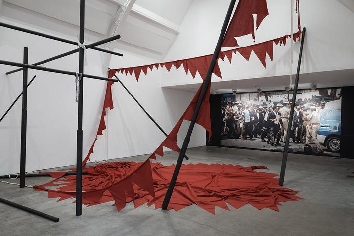 http://www.creationcontemporaine-asie.com/medias/images/sheela-gowda-it-stands-fallen-installation-2017-ikon-gallery.jpg